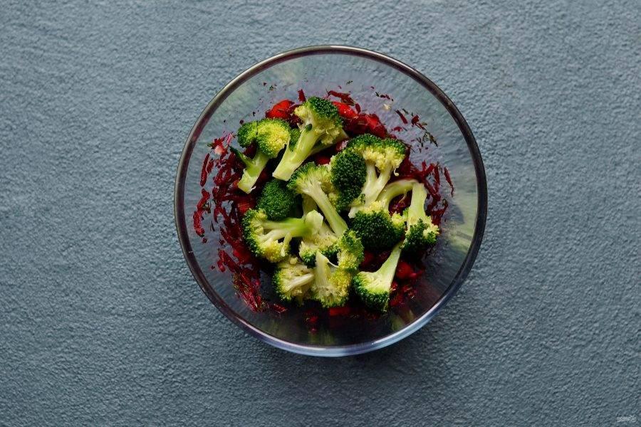 Добавьте брокколи в миску, перемешайте. Заправьте салат оливковым маслом. Посолите и поперчите.