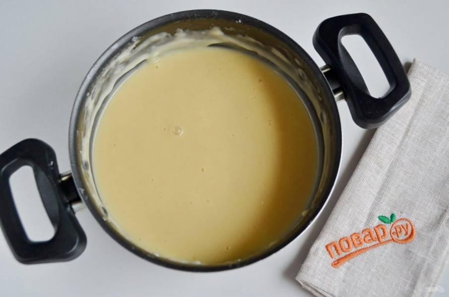 Тесто готово, оно в меру густое, отлично тянется. Разделите его на две части.