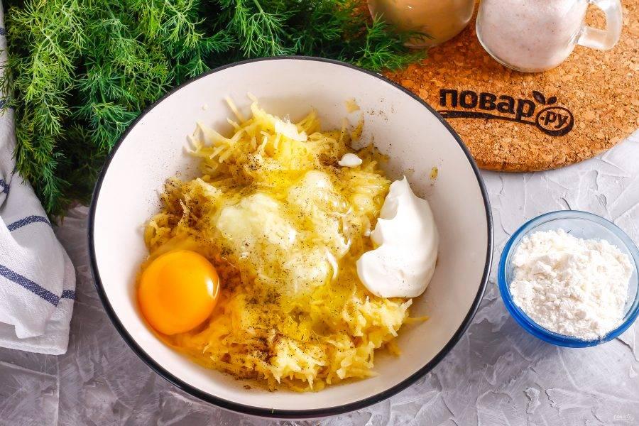 Вбейте в емкость куриное яйцо, добавьте сметану. Тщательно все взбейте.