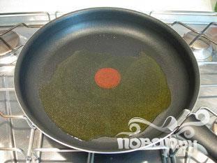 Поставить сковороду на сильный огонь, налить  2 столовые ложки оливкового масла.