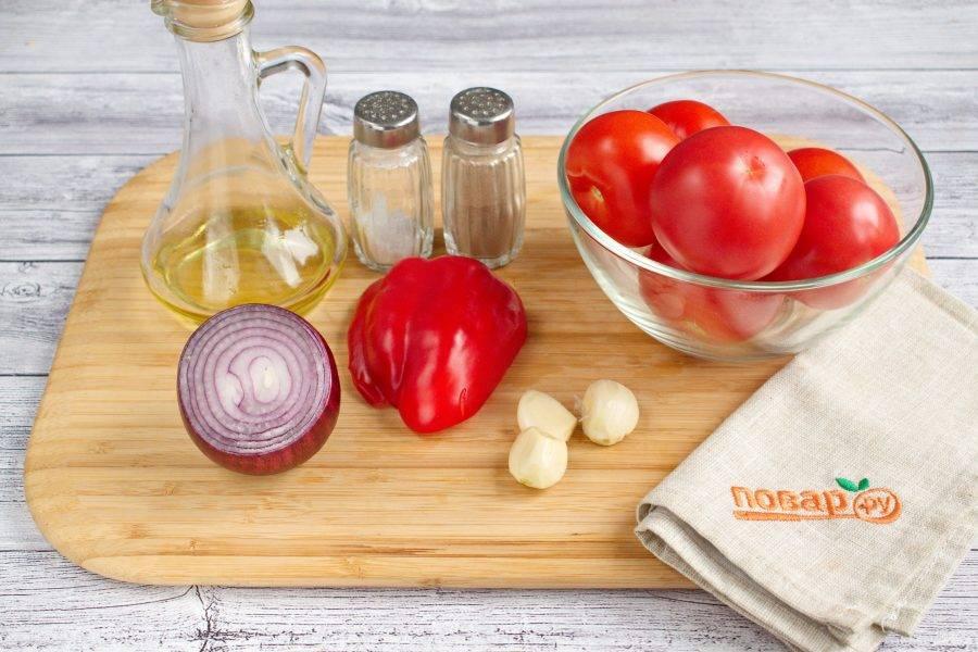 Духовку включите на 220ºС (425ºF). Подготовьте необходимые продукты. Овощи вымойте, лук и чеснок очистите.