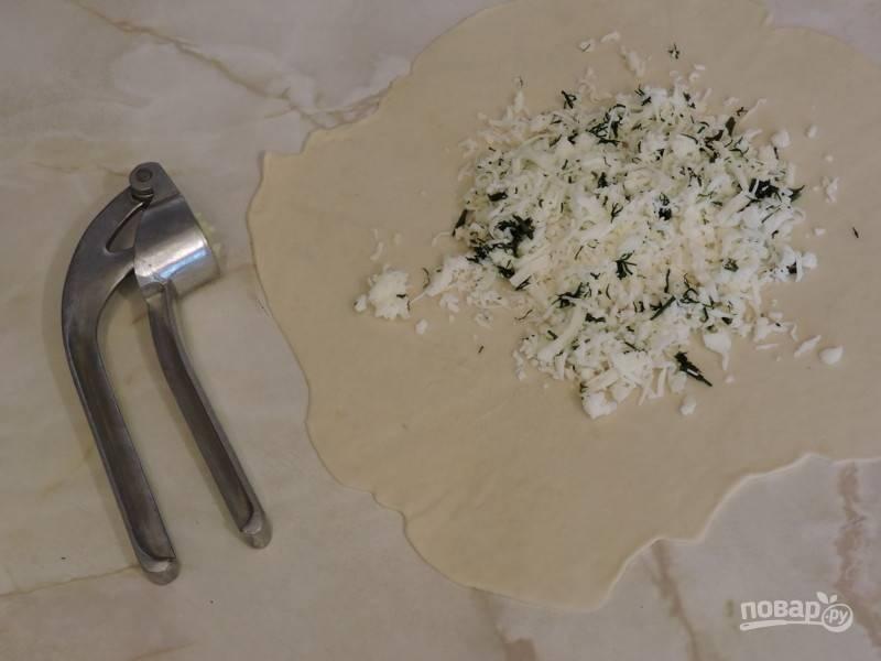 9. Зелень и чеснок можно добавить отдельно, не соединяя с сыром. Таким образом можно сделать разные начинки, например.
