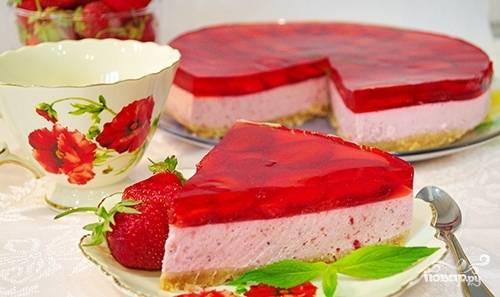 Частью желе залейте ягоды. Уберите в холодильник на 1 час, а потом залейте оставшимся желе. Оставьте торт в холодильнике до полного застывания. Приятной дегустации!