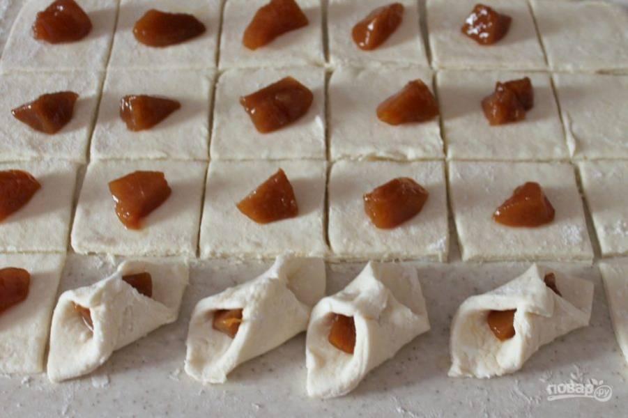 Уголки теста соединяем и прижимаем. Печенье выкладываем на противень покрытый пекарской бумагой. Выпекаем в духовке при температуре 180-190 градусов около 12-15 минут.