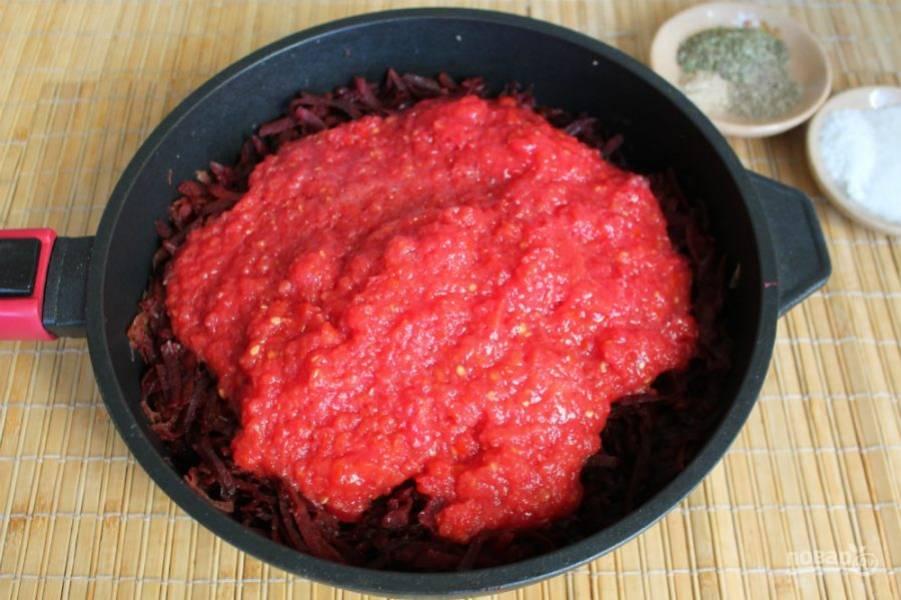 Затем пропускаем через мясорубку помидоры. Томат добавляем в сотейник.