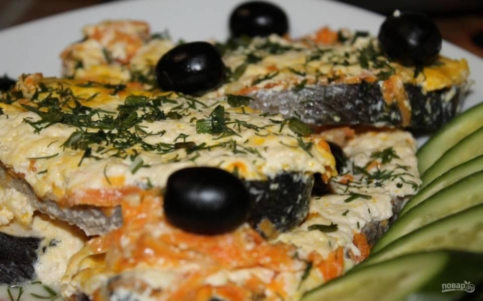 8.Готовую рыбку достаю из духовки и остужаю, только потом уже достаю из формы и посыпаю зеленью, подаю с малинами и свежими овощами. Приятного аппетита!