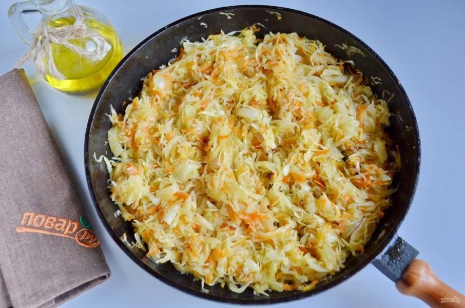 На растительном масле обжарьте лук и морковь, добавьте капусту квашеную и жарьте до мягкости всех овощей.