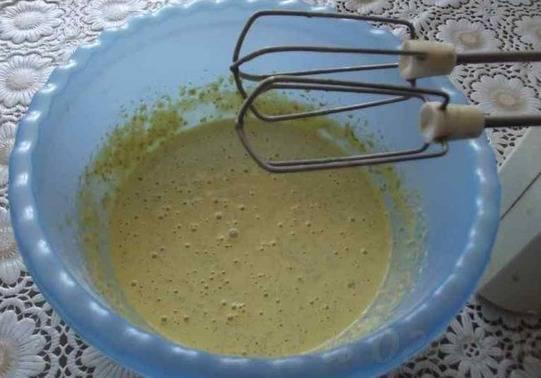 Из яиц муки и воды, специй приготовить кляр, он должен быть консистенции нежирной сметаны.