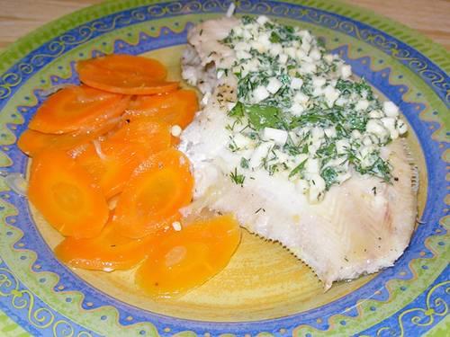 Красиво укладываем нашу рыбу на тарелку, сбоку кладем морковь. Поливаем сверху соусом. Приятного аппетита!