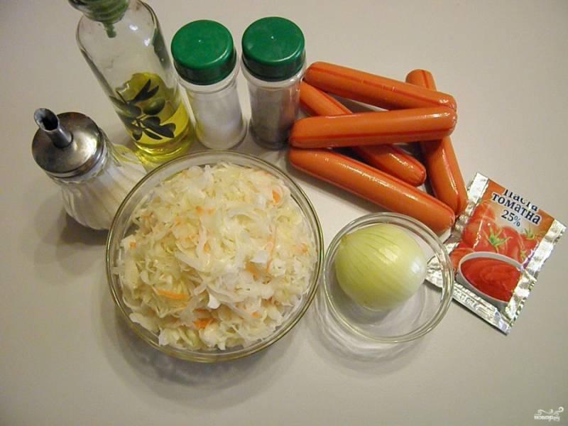 Приготовьте продукты для солянки. Если капуста квашенная без моркови, то возьмите еще морковочку. Уксус используйте только в случае необходимости. Если капуста была натурального квашения, то она будет достаточно кислой.