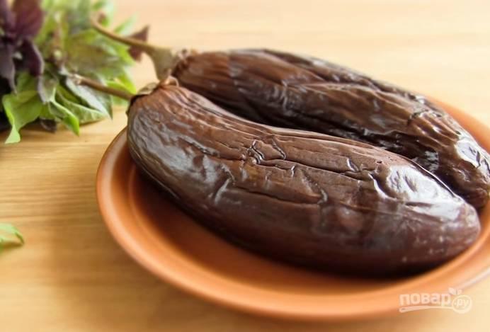 1. Запеките баклажаны в духовке при температуре 200 градусов 35-40 минут.