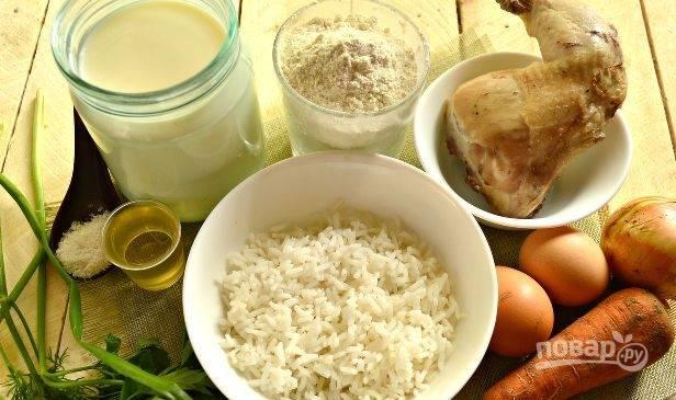 Заранее отварите курицу и рис до готовности. Оставьте только мясо без кости. Эти ингредиенты остудите.