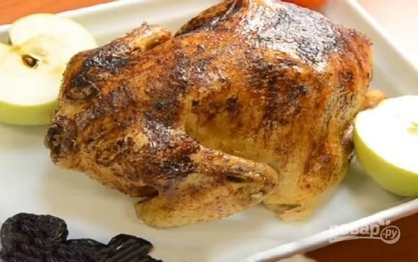 Периодически поливаем курицу соком и запекаем до румяной корочки.