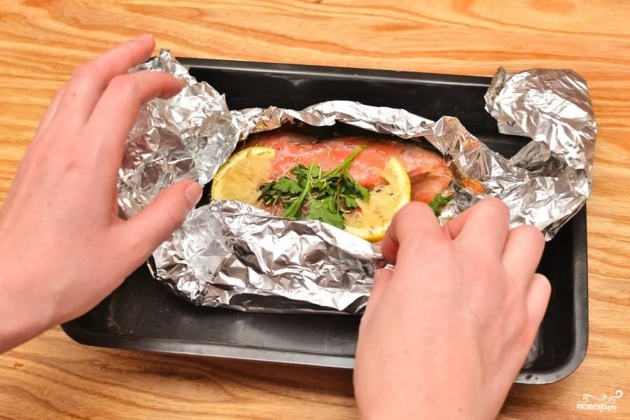 Готовый стейк из лосося в фольге даст потрясающий аромат! Можете ещё украсить его свежей зеленью. Приятного аппетита!