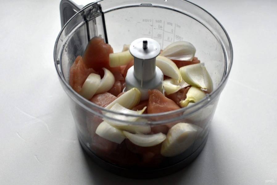 Филе индейки нарежьте кусочками и измельчите в кухонном комбайне или мясорубке вместе с луком.
