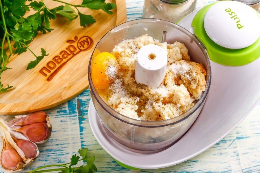 Вбейте в емкость мелкое куриное яйцо, всыпьте соль и молотый черный перец.
