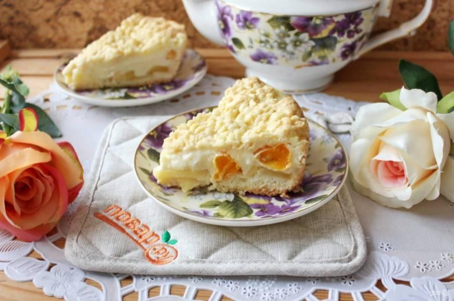 Готовый пирог хорошо охладите и уберите в холодильник на несколько часов. После достаньте, нарежьте и подавайте к чаю.