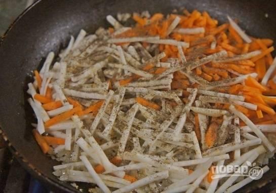 3. Добавьте измельченный сельдерей, морковь и специи.