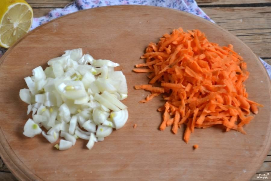 3.Морковь натрите на мелкой терке, лук порежьте небольшими кусочками, можно четвертькольцами.