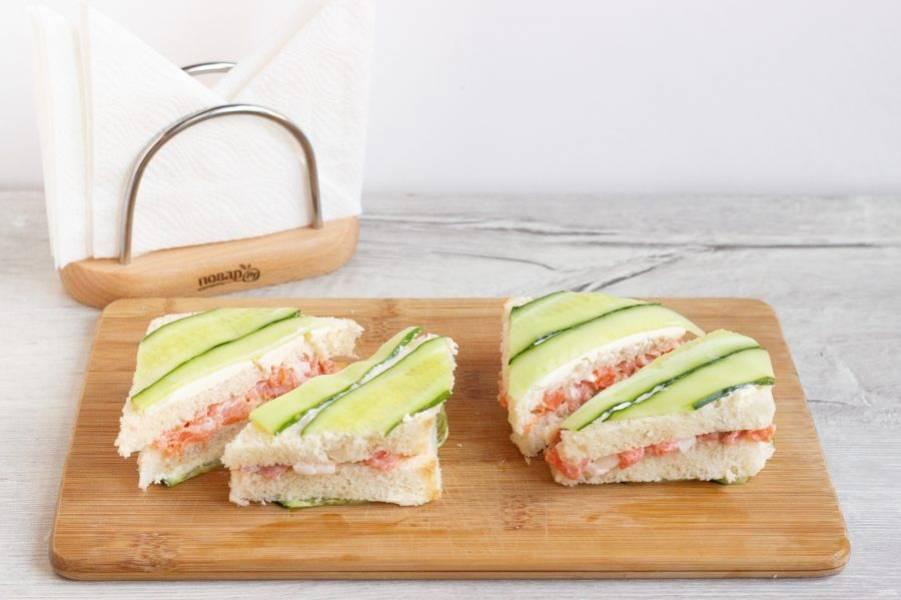 Перед подачей разрежьте сэндвичи на треугольники.