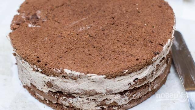 Формируем торт. Коржи промазываем кремом, накрывая следующим. Делаем так до вершины торта.