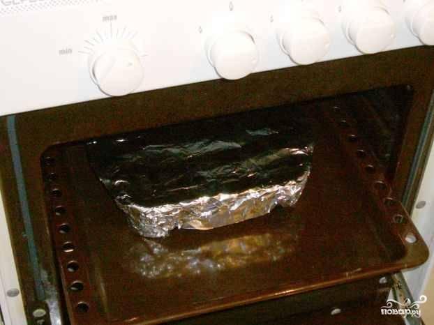 Накрываем рыбу фольгой и отправляем в предварительно разогретую до 200 градусов духовку примерно на 30 минут. За минут 10 до готовности фольгу можно открыть, чтоб рыба получилась более румяной.