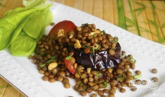 Салат выкладывайте порционно, выложив кружки баклажана с чечевичной массой, а сверху налейте заправку. Приятного аппетита!