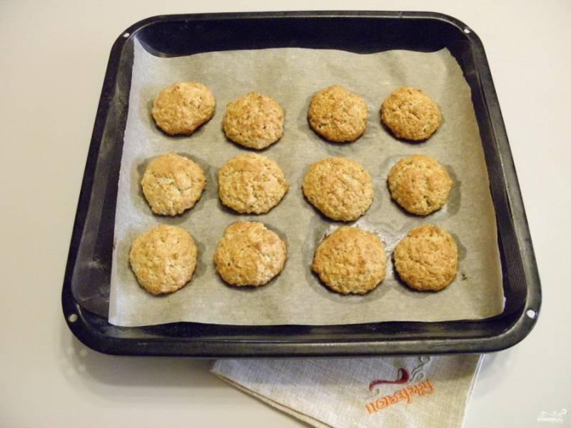 Запекайте печенье в горячей духовке 20 минут при 180 градусах до красивого румяного цвета.