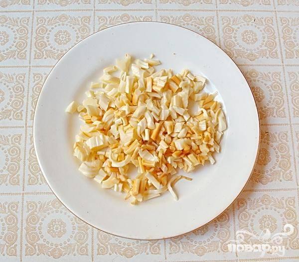 3.Расплетаем косичку копченого сыра и нарезаем его маленькими кусочками. Использовать здесь можно и колбасный подкопченный сыр.