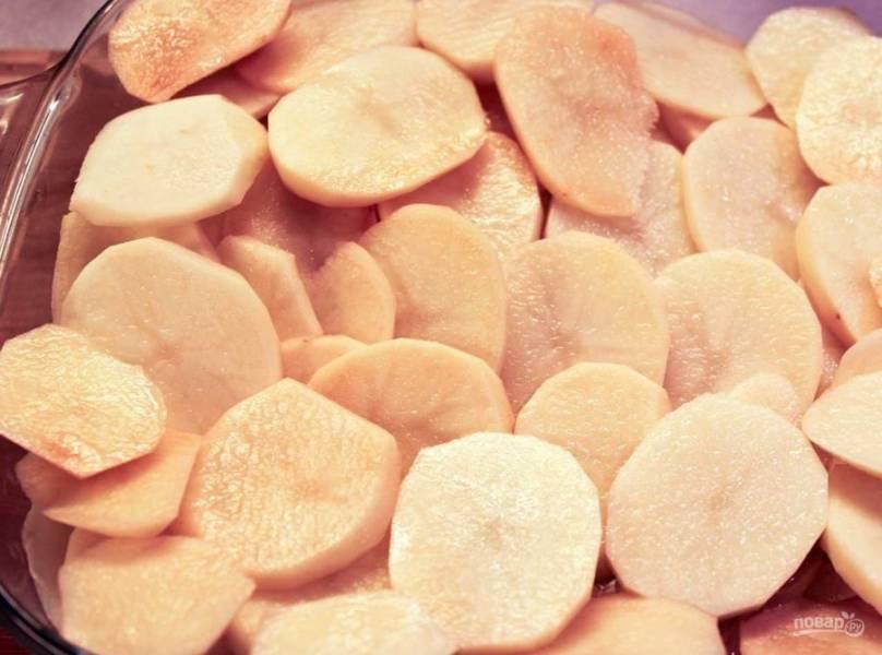 8. Нарежьте картофель кольцами средней толщины.