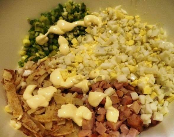 Соедините все ингредиенты в миске, заправьте майонезом и хорошо перемешайте. Блинный салат с копченой курицей готов.