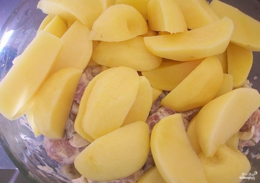 4. Нарезаем картофель кусочками любой формы. Если у вас сорт картофеля, который быстро не разваривается, обжарьте его немного перед отправкой в духовку.