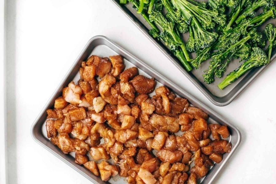 3.Выложите курицу и брокколи на отдельных противнях, отправьте в разогретый до 220 градусов духовой шкаф на 10-15 минут, затем выложите на противень к курице сладкий картофель и перемешайте, запекайте еще 15 минут.