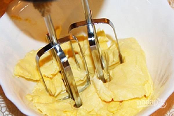 Масло для крема должно быть мягким, так оно лучше соединится со сгущенкой. Слегка взбиваем масло миксером.
