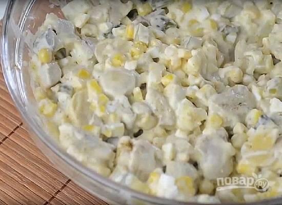 Заправим салат майонезом и перемешаем. Пробуем и добавляем по вкусу соль.