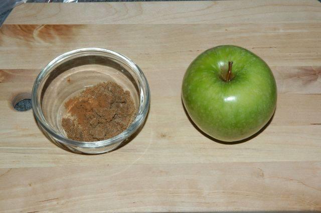 Ингредиенты на 1 яблоко: 1 столовая ложка сахара 1/4 чайной ложки корицы Яблоко (можете приготовить и несколько яблок в зависимости от количества людей) Хорошенько перемешайте сахар и корицу.