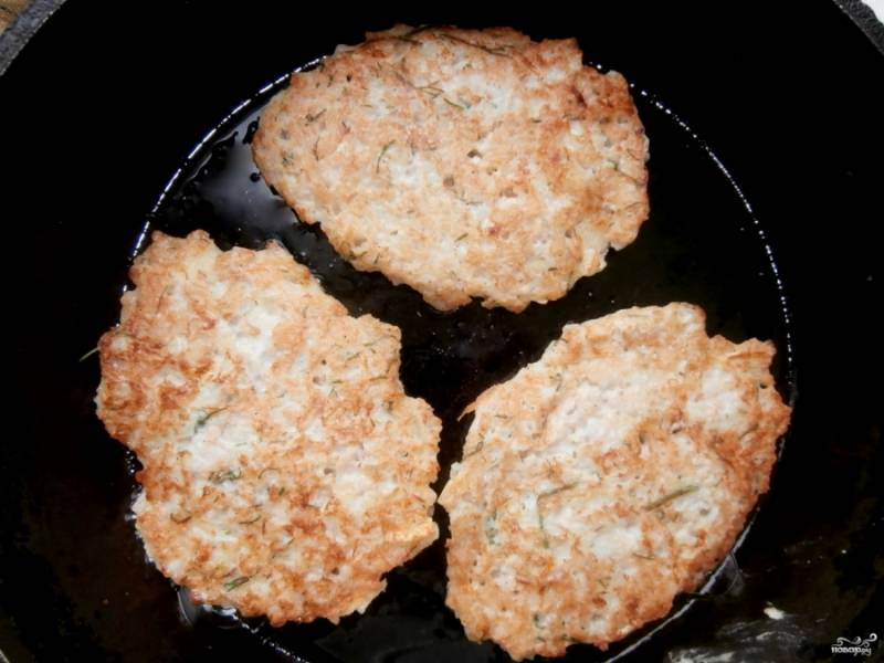 Хорошо разогрейте сковороду и немного смажьте её растительным маслом. Столовой ложкой выложите тесто на сковороду, формируя оладьи. Убавьте огонь до минимума и обжарьте оладьи с обеих сторон до золотистой корочки. При необходимости добавляйте на сковороду растительное масло.