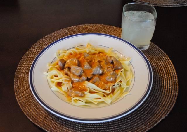 7. Обычно, пока тушится мясо, я отвариваю макароны или готовлю картофельное пюре в качестве гарнира к бефстроганов. По вашему усмотрению и вкусовым предпочтениям можете приготовить гарнир.