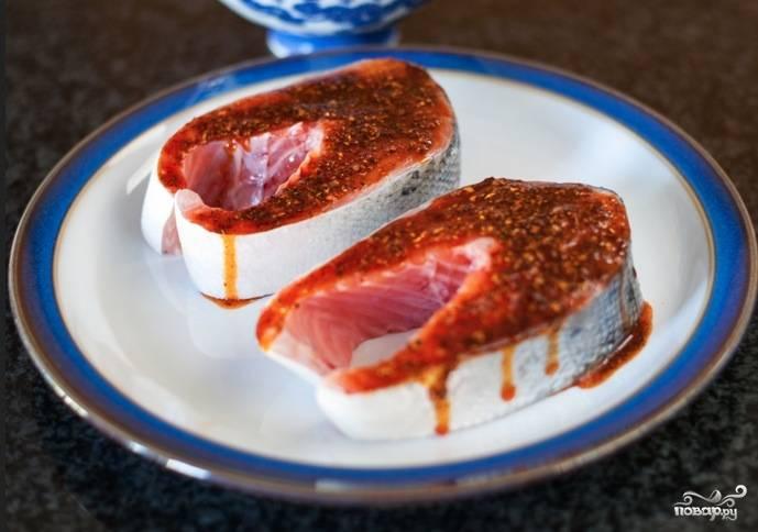 С обеих сторон обмазываем стейки смесью из масла и специй. От выбранных специй будет зависеть запах и вкус стейков, так что подберите их ответственно.