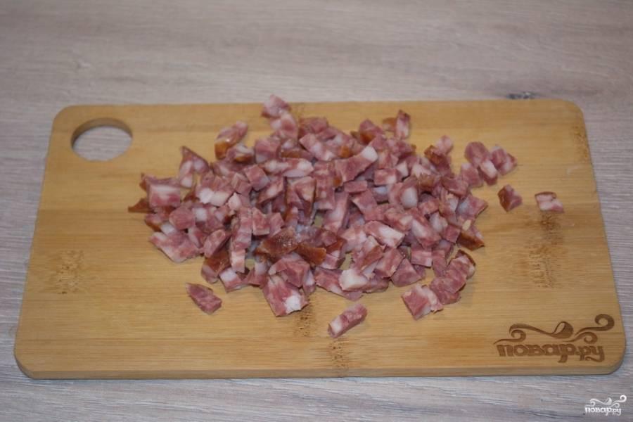 Для приготовления салата нам нужно сразу взять все продукты остывшими, тогда салат остужать после приготовления не придется. Он вкусен именно холодным. Салями нарежьте на небольшие кусочки.