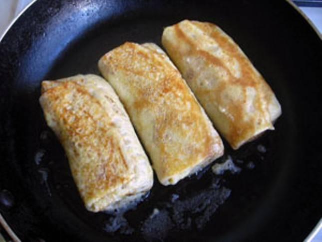 Завернутые блины немного обжарьте на сливочном масле.