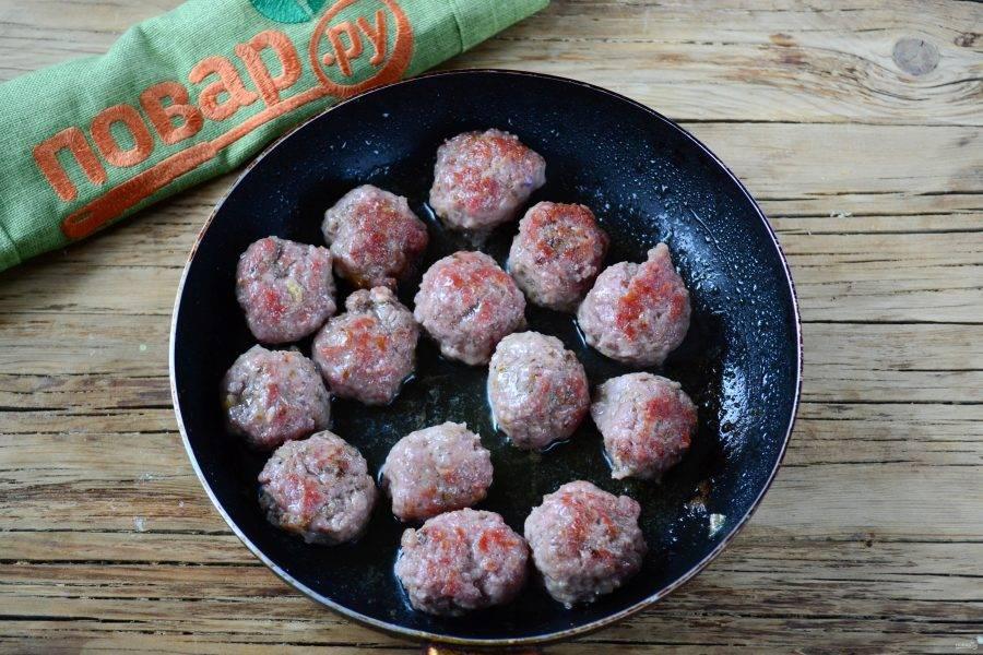 Обжарьте фрикадельки в растительном масле на сковороде до золотистого цвета или же запеките в духовке до готовности.