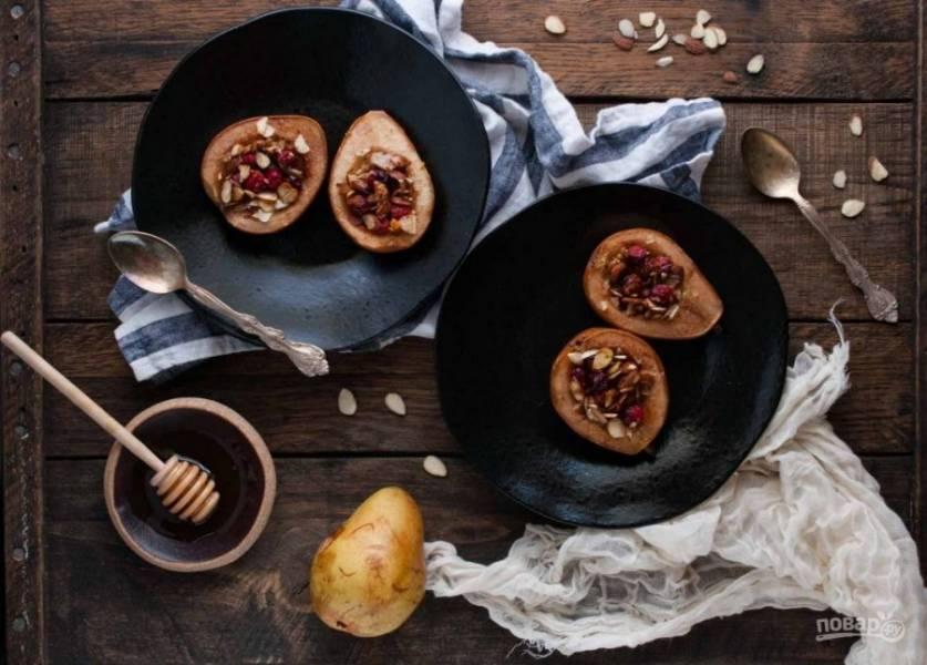 Выпекайте десерт на противне в духовке в течение 25 минут при 180 градусах. Приятного чаепития!