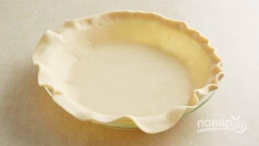1. В жаропрочную форму выложите раскатанное слоеное тесто. Нарежьте кубиками ветчину, распределите её по тесту. Сверху присыпьте тертым сыром и выложите брокколи, разделив её на соцветия.
