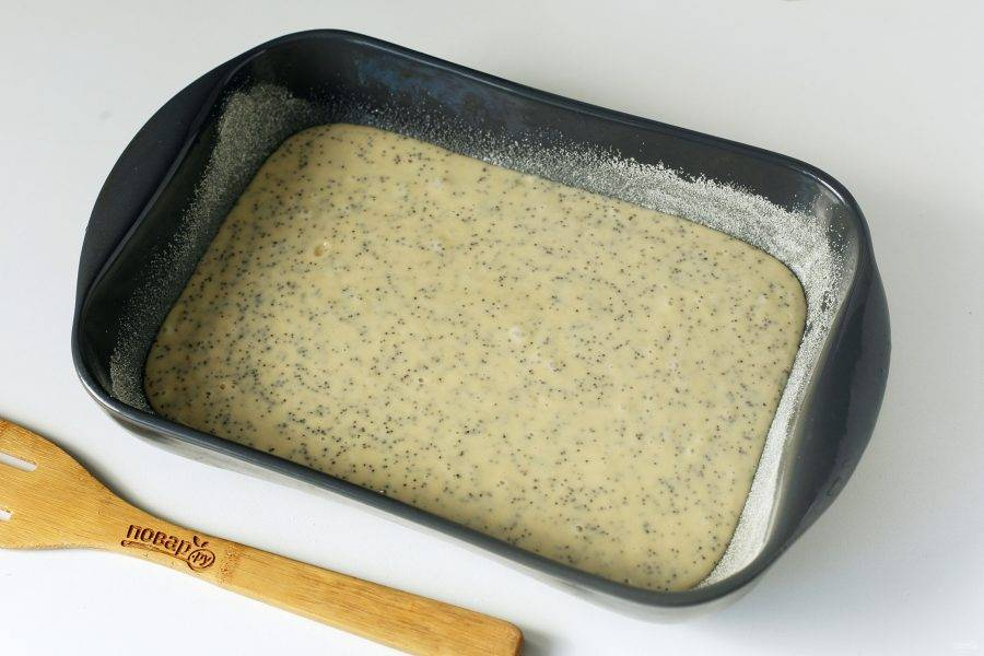 Форму для запекания смажьте маслом. Дно и бока обсыпьте мукой или манкой. Вылейте тесто, и выпекайте пирог в духовке при температуре 180 градусов около 40 минут.