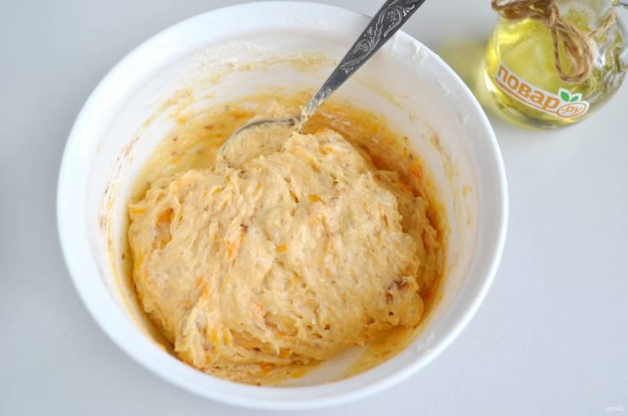 6. Перемешайте хорошо тесто, оно вязкое, не течет, но и лепить из него не получится.