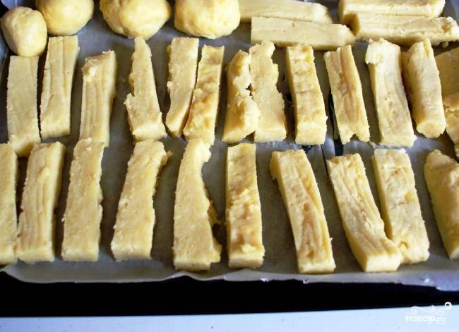 Затем достаем застывшую кашу из холодильника и нарезаем на кусочки. Нарезать можно как угодно - на брусочки, на шарики, на кубики, как угодно.