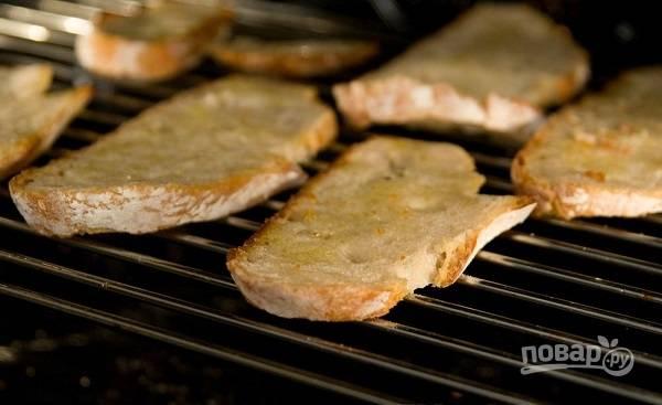 3. Отправьте в духовку и подсушите хлеб, чтобы он стал хрустящим.