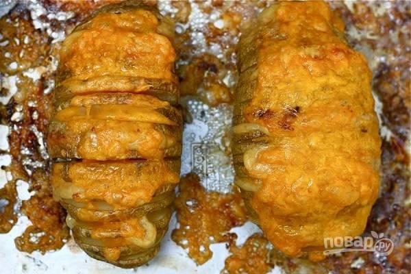 8. Запекайте еще минут 15. Перед подачей можно дополнить картофель сметаной, соусом или зеленью.  Приятного аппетита!