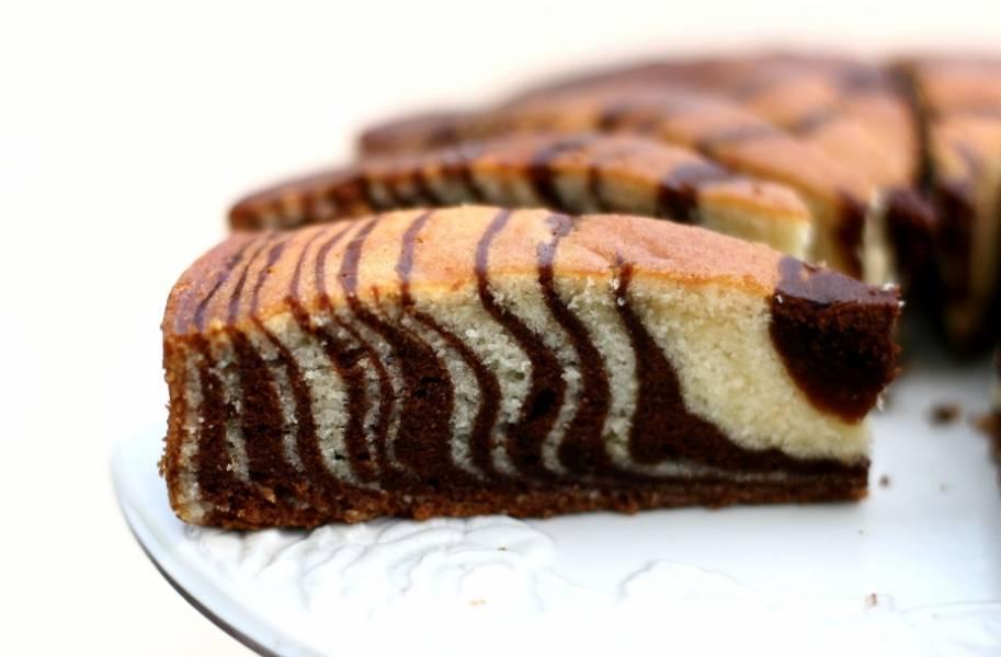 Готовому торту дайте остыть, можете полить его глазурью или просто посыпать сахарной пудрой. В разрезе получается очень красивый рисунок! Приятного чаепития!
